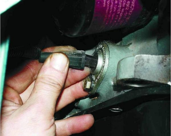 Замена датчиков уровня и аварийного давления масла на ВАЗ 2114