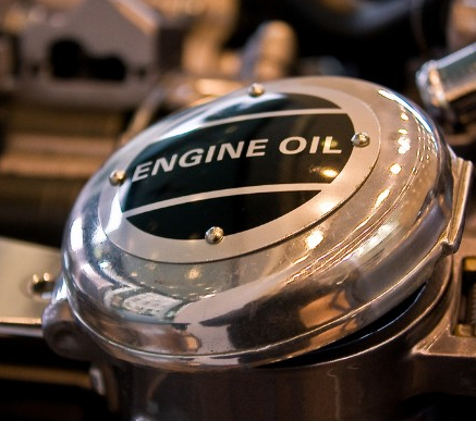 Через сколько менять масло в двигателе? Выбор срока замены автомобильного масла