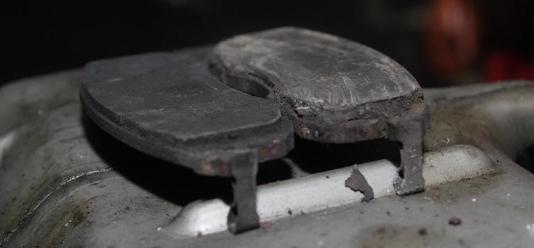 Как определить износ тормозных колодок?