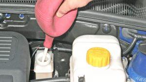Когда и зачем нужно менять тормозную жидкость в автомобиле