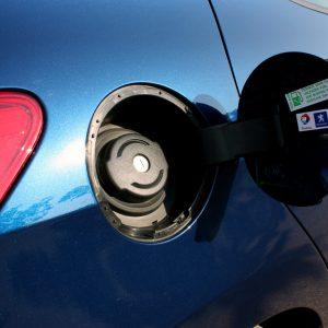 Почему в машине пахнет бензином, и как убрать его запах из салона