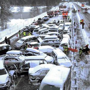 Как правильно очищать автомобиль от снега зимой