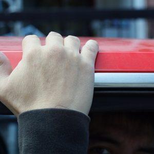 Машина бьет током: в чем причина и что делать
